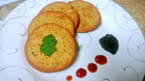 Crispy fenugreek crackers with mint chutney